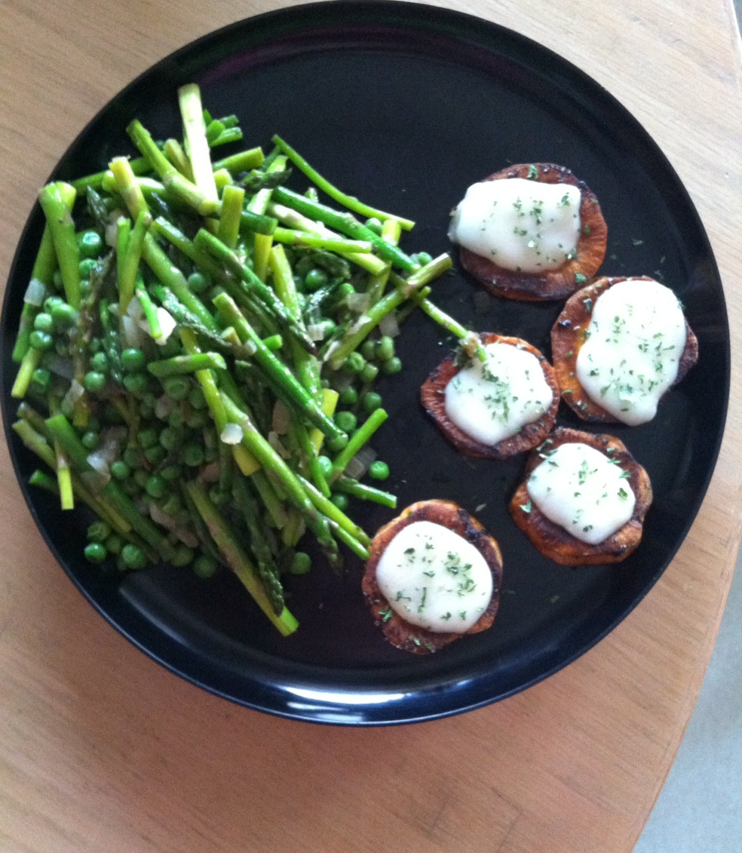 Sauteed Asparagus and Peas, with Spicy Cheesy Sweet Potato Coins | xtinaluvspink.wordpress.com