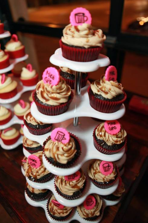 Chocolate Porter Cupcakes with Caramel Buttercream and Beer Caramel Drizzle | xtinaluvspink.wordpress.com