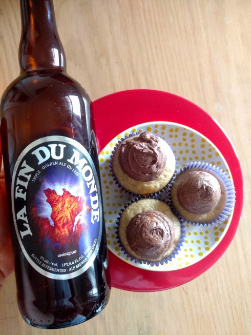 Belgian Ale Banana Cupcakes with Dark Chocolate Ganache Frosting | xtinaluvspink.wordpress.com