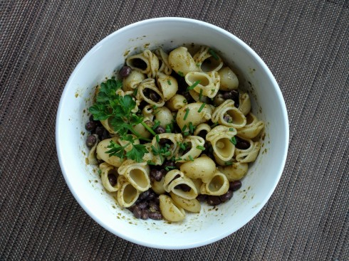 Black Bean Pesto Pasta | xtinaluvspink.wordpress.com
